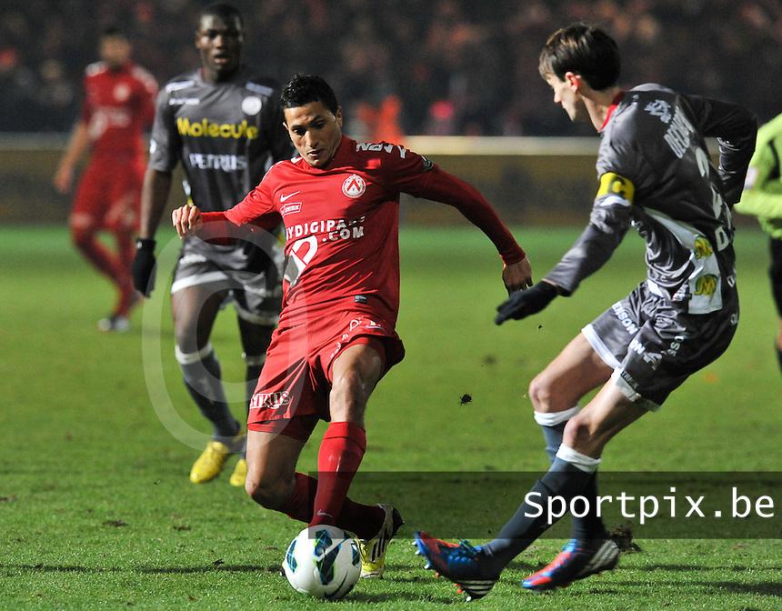 KV Kortrijk - SV Zulte Waregem  : Mustapha Oussalah in duel om de bal met Davy De Fauw (rechts).foto VDB / BART VANDENBROUCKE