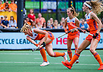 Den Bosch  - Caia Van Maasakker (Ned) scoort uit een strafcorner, met rechts Xan de Waard (Ned) en Yibbi Jansen (Ned)    tijdens  de Pro League hockeywedstrijd dames, Nederland-Belgie (2-0).    COPYRIGHT KOEN SUYK
