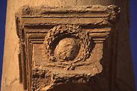 SIRIA - sito di Palmira(Tadmor) corona di alloro su una colonna lungo il grande colonnato, all'entrata del teatro  -