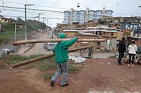 SAO PAULO, SP, 21.08.2014 -  Onibus que foi incendiado na noite anterior desta quinta-feira (21), permanece proximo a favela que foi decletada a reintegração de posse no bairro do Jardim Climax região sul de São Paulo, a reintegração que deveria acontecer nesta manhã foi cancelada. (Foto: Amauri Nehn / Brazil Photo Press).