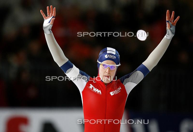 Duitsland, Berlijn, 9 februari 2008 .WK schaatsen allround 2008  .Ireen Wust van Nederland steekt haar handen in de lucht voor de start van de 500 meter.