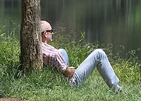 ATENÇÃO EDITOR FOTO EMBARGADA PARA VEÍCULOS INTERNACIONAIS. SÃO PAULO, 30 DE OUTUBRO DE 2012 - CALOR EM SP - Com o sol e forte calor pessoas aproveitam para caminhar se exercitar e descansar no parque Ibirapuera na zona sul da cidade, hoje a temperatura na capital deve atingir mais de 35 graus. Terça feira, 30. FOTO LEVY RIBEIRO - BRAZIL PHOTO PRESS