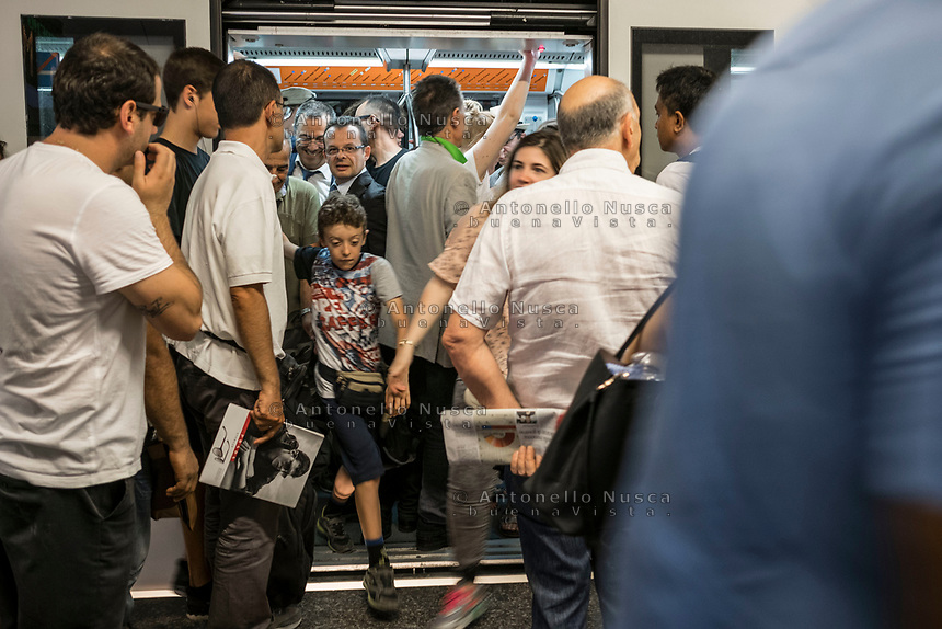 Rome, Italy, June 21, 2017. Gente nella metropolitana. People in the subway.<br /> Ad un anno dalla elezione a sindaco di Roma di Virginia Raggi, la condizione di degrado non accenna a migliorare.<br /> One year after the election as mayor of the candidate of M5S party, Rome is worsening day by day.