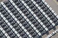 4415/Unikai :EUROPA, DEUTSCHLAND, HAMBURG, 09.06.2005: Abstellflaeche am Unikai, Hafen Hamburg, Fahrzeuge warten auf Verladung, Verladungen auf PCC (Pure Car Carrier) .und PCTC (Pure Car and Truck Carrier) .von Neu- und Gebrauchtfahrzeugen, .Nutzfahrzeuge, Spezialfahrzeug, Sattelschlepper,  Spedition, speditionellen.Abfertigung, Schiffsverladung, RoRo, O'Swaldkai, .Schuppen 48,  Lagerflaeche,  Stellfläche,  Export, Exportwirtschaft, .Luftaufnahme, Luftbild,  Luftansicht