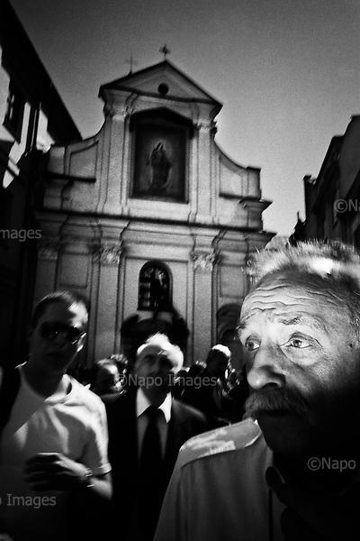 Krakow 18 April 2010 Poland<br /> The funeral of President Lech Kaczynski and his wife Maria. Poles crowd came to Krakow to honor, pay tribute and say goodbye tragically deceased President of the Republic<br /> (Photo by Filip Cwik / Napo Images)<br /> <br /> PICTURE TAKEN ON NEGATIVES<br /> <br /> Krakow 18 kwiecien 2010 Polska<br /> Uroczystosci pogrzebowe Prezydenta RP Lecha Kaczynskiego wraz z zona Maria. Polacy tlumnie przybyli do Krakowa aby oddac czesc, zlozyc hold i pozegnac tragicznie zmarlego Prezydenta RP<br /> (fot. Filip Cwik / Napo Images)