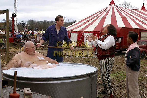 BRUCE SNOWDEN, EWAN  MCGREGOR &.DANNY DEVITO.in Big Fish.Filmstill - Editorial Use Only.Ref: FB.sales@capitalpictures.com.www.capitalpictures.com.Supplied by Capital Pictures.
