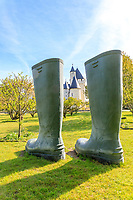 France, Indre-et-Loire, Lémeré, jardins et château du Rivau au printemps (avril), dans le verger, bottes invendues par Lilian Bourgeat 2006
