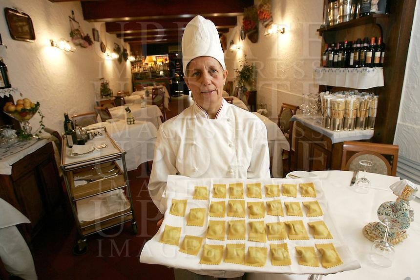 La chef Paola Cavazzini mostra tortelli all'uovo fatti a mano, nel ristorante La Greppia a Parma.<br /> Chef Paola Cavazzini shows egg handmade tortelli in the restaurant La Greppia, in Parma.<br /> UPDATE IMAGES PRESS/Riccardo De Luca