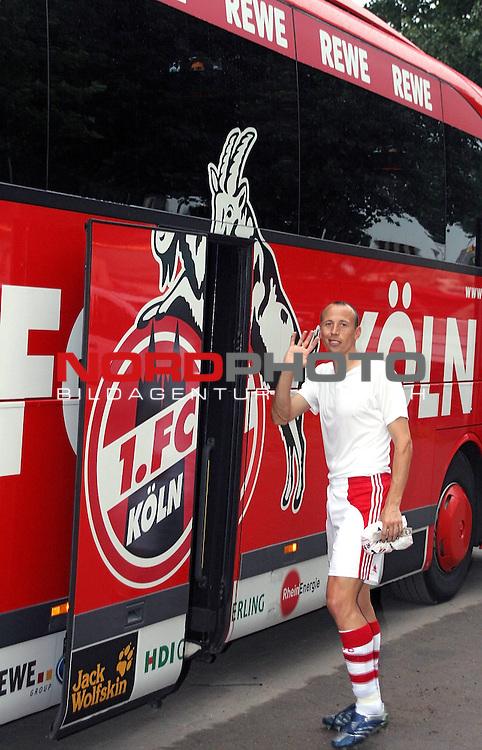 2.Liga 2007/2008  1. Spieltag Hinrunde<br /> FC St.Pauli &ndash; vs. 1.FC Koeln 0:2<br /> <br /> Matthias Scherz (Nr. 8) winkt zum Abschied bevor er in den Mannschaftsbus steigt. Der Ex-St.Paulianer ist heute ein gern gesehener Gast am Millerntor.<br /> <br /> <br /> Foto &copy; nph (nordphoto)<br /> <br /> *** Local Caption ***