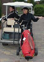 EAGLES GOLF CHARITY GOLF CUP - Golfpark Seehausen bei Leipzig - im Bild: Ireen Sheer Huckepack auf dem Golfcart . Foto: Norman Rembarz..Norman Rembarz , Autorennummer 41043728 , Holbeinstr. 14, 04229 Leipzig, Tel.: 01794887569, Hypovereinsbank: BLZ: 86020086, KN: 357889472, St.Nr.: 231/261/06432 - Jegliche kommerzielle Nutzung ist honorar- und mehrwertsteuerpflichtig! Persönlichkeitsrechte sind zu wahren. Es wird keine Haftung übernommen bei Verletzung von Rechten Dritter. Autoren-Nennung gem. §13 UrhGes. wird verlangt. Weitergabe an Dritte nur nach  vorheriger Absprache..
