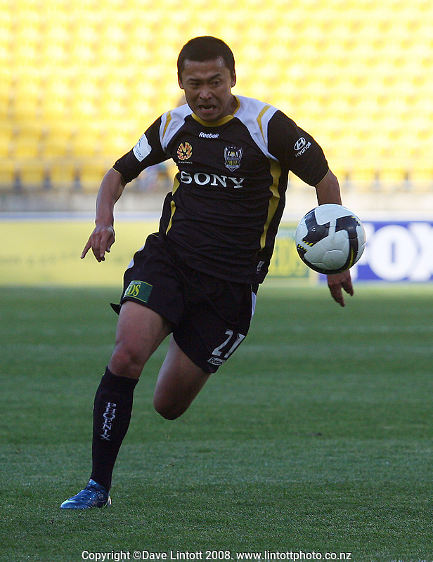 Leilei Gao during the A-League football match between the Wellington Phoenix and Queensland Roar at Westpac Stadium, Wellington. Sunday, 26 October 2008. Photo: Dave Lintott / lintottphoto.co.nz