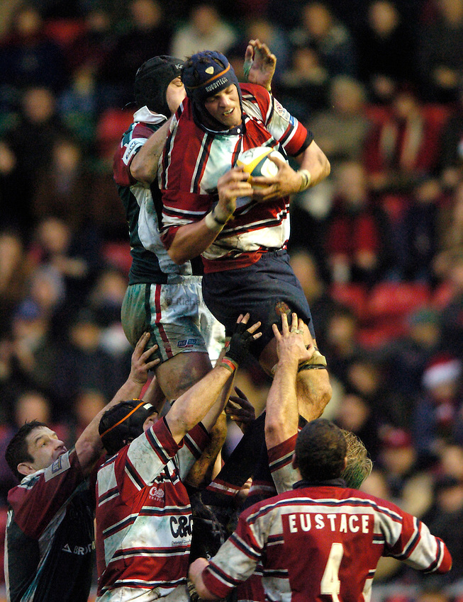 Photo: Richard Lane..Leicester Tiger v Gloucester. Powergen Cup. 18/12/2004..Alex Brown wins a lineout.