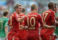 Fussball 1. Bundesliga :  Saison   2012/2013   1. Spieltag  25.08.2012 SpVgg Greuther Fuerth - FC Bayern Muenchen Jubel nach dem Tor zum 0:3 Bastian Schweinsteiger mit Arjen Robben (v. li., FC Bayern Muenchen)