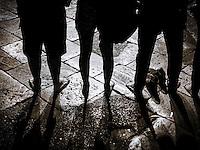 """Marcia degli uomini e delle donne scalze - Lecce - 11 settembre 2015.<br /> """"La marcia delle donne e degli uomini scalzi"""" è un flashmob arrivato a Lecce l'11 settembre 2015. La manifestazione invita uomini e donne a togliere le scarpe e a camminare per esprimere solidarietà verso chi """"ha bisogno di mettere il proprio corpo in pericolo per poter sperare di vivere o di sopravvivere"""".  Il senso di camminare scalzi richiama lo stato di migrante in fuga verso L'Europa per richiedere asilo. Il corteo è partito da Porta Napoli per soffermarsi in Piazza Mazzini dove i manifestanti hanno creato un cerchio per coprire l'intera circonferenza della piazza. La manifestazione è proseguita fino a Piazzetta Sigismondo Castromediano dove si sono tenuti interventi musicali e letture sull'argomento.  La """"marcia"""" si è tenuta in contemporanea in molte città italiane (oltre che a Roma). Gli organizzatori hanno spiegato che camminare scalzi è """"un modo per chiedere con forza i primi tre necessari cambiamenti delle politiche migratorie europee e globali""""; si chiede che """"ci sia certezza di corridoi umanitari sicuri per vittime di guerre, catastrofi e dittature, che ci sia accoglienza degna e rispettosa per tutti, che vengano chiusi e smantellati tutti i luoghi di concentrazione e detenzione dei migranti e che venga creato un vero sistema unico di asilo in Europa superando il regolamento di Dublino"""". Perchè """"dare accoglienza a chi fugge dalla povertà - è scritto nell'appello - significa non accettare le sempre crescenti disuguaglianze economiche e promuovere una maggiore redistribuzione delle ricchezze""""."""