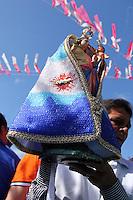 Católicos da vila de Caraparu, em Santa Isabel do Pará, prestam sua homenagem à Nossa Senhora da Conceição saindo em procissão fluvial pelo igarapé do Caraparu. A devoção a Nossa Senhora da Conceição foi iniciada em 1905. Centenas de promesseiros saem em pequenas canoas a remo, uns pagando promessas se vestem de marujos ou vestem seus filhos de anjinhos.<br /> Santa Izabel, Pará, Brasil.<br /> Foto: Ney Marcondes<br /> 08/12/2015