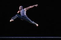 SAO PAULO, SP, 19.09.2013 - APRESENTACAO ALVIN ALLEY AMERICAN DANCE THEATER - <br /> Com dire&ccedil;&atilde;o art&iacute;stica de Robert Battle, a Alvin Ailey American Dance Theater durante apresentacao no Credicard Hall regiao sul de S&atilde;o Paulo na tarde desta quinta-feira. Fundada em 1958 por Alvin Ailey, a companhia, uma das principais do mundo, utiliza a experi&ecirc;ncia cultural Afro-Americana. (Foto: William Volcov / Brazil Photo Press).