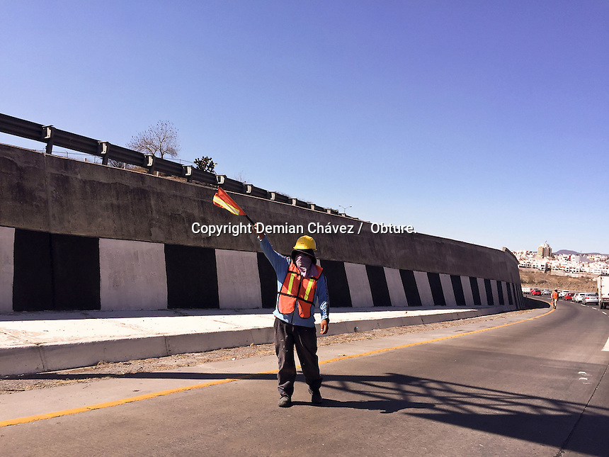 Quer&eacute;taro, Qro. 12 de febrero 2016.- Por el mantenimiento del puente que cruza de la PGJ a la carretera 57, trabajadores de la SCT han cerrado un carril de la entrada a la ciudad de Quer&eacute;taro y han generado un kilom&eacute;trico embotellamiento a la altura de la Cuesta China.<br /> <br /> Foto: Demian Ch&aacute;vez