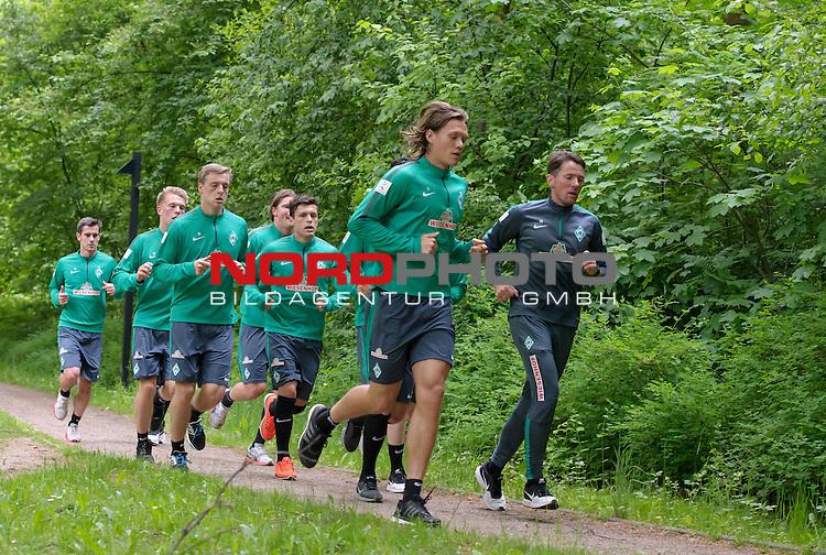 18.05.2015, B&uuml;rgerpark, Bremen, GER, 1.FBL, Training Werder Bremen, im Bild Fin Bartels (Bremen #22), Janek Sternberg (Bremen #37), Felix Kroos (Bremen #18), Sebastian Pr&ouml;dl / Proedl (Bremen #15), Zlatko Junuzovic (Bremen #16), Jannik Vestergaard (Bremen #7), Reinhard Schnittker (Athletiktrainer Werder Bremen)<br /> <br /> Foto &copy; nordphoto / Frisch