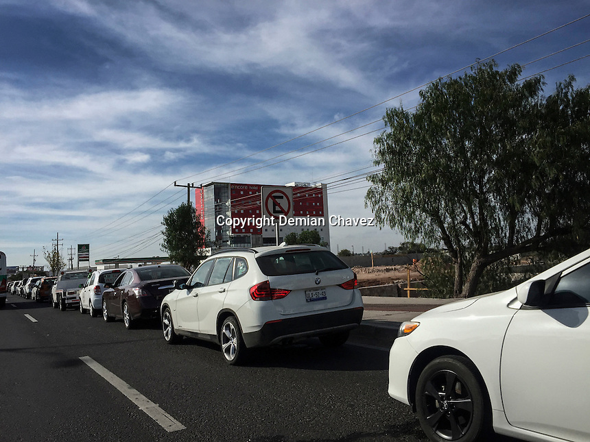 Querétaro, Qro. 29 de Diciembre de 2016.-  Larga fila de autos en la lateral de la carretera 57 en dirección SLP-Qro a las afueras del Verificentro. Esta semana y fin de año son los últimos días para verificar el auto.