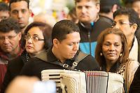 SAO PAULO, SP, 25.07.2013 - VELORIO MUSICO DOMIGUINHOS - O sanfoneiro José Domingos de Moraes, o Dominguinhos, é velado na Assembleia Legislativa de São Paulo, na zona sul da capital, na manhã desta quarta-feira (24). Durante o velorio músicos se revezam tocando os grandes sucessos da carreira de Dominguinhos que morreu no final da tarde de ontem no Hospital Sírio Libanês, onde estava internado desde janeiro para tratar das complicações de um câncer no pulmão. (Foto: Marcelo Brammer / Brazil Photo Press).