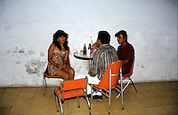 COLOMBIA Armenia Settentrionale  Combattimento clandestino di galli<br /> Colombie, Arm&eacute;nie, ar&egrave;ne de coqs de combat<br /> Colombia, Armenia, arena for fighting cocks<br /> Spettatori al bar