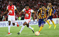 BOGOTÁ -COLOMBIA, 25-11-2015. Almir Soto  (Izq) jugador del Independiente Santa Fe de Colombia disputa el balón con Guido Di Vanni (Der) jugador del Sportivo Luqueño del Paraguay   durante partido por la semifinal F 1 de la Copa Sudamericana  2015 jugado en el estadio Nemesio Camacho El Campín de la ciudad de Bogotá./ Almir Soto (L) player of Independiente Santa Fe of Colombia  fights for the ball with Guido Di Vanni (R) player of  Sportivo Luqueno of Paraguay during the match for the Copa Sudamericana semifinal F 1- 2015 played at Nemesio Camacho El Campin stadium in Bogotá city. Photo: VizzorImage/ Felipe Caicedo  / Staff