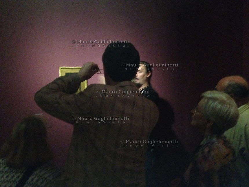 Visitatori osservano un quadro in un museo