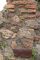 Pompeji, Mauer aus Lavagestein, Lava, Lava-Gestein, Ausgrabungsstätte, Pompeii, Pompei, durch den Vulkan Vesuv zerstörte und heute rekonstruierte Stadt, Golf von Neapel, Italien