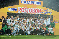 MEDELLÍN -COLOMBIA-17-11-2013. Jugadores de Atlético Nacional posan para los fotógrafos con la copa como campeones de la Copa Postobón 2013. Atlético Nacional y Millonarios disputaron el partido de vuelta de la final de la Copa Postobon 2013 realizado en el estadio Atanasio Girardot de Medellín./ Players of Atletico Nacional pose to the photographers with the cup as champions of Copa Postobon 2013. Atletico Nacional and Millonarios played the final match of the Copa Postobon 2013 at Atanasio Girardot stadium in Medellin. Photo: VizzorImage/Luis Ríos/STR