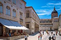 Kroatien; Dalmatien; Dubrovnik: Altstadt - UNESCO Weltkulturerbe - links Palast Ranjina, im Hintergrund Kathedrale von Dubrovnik | Croatia, Dalmatia, Dubrovnik: Old Town - UNESCO world heritage - Ranjina Palace, at background Dubrovnik cathedral