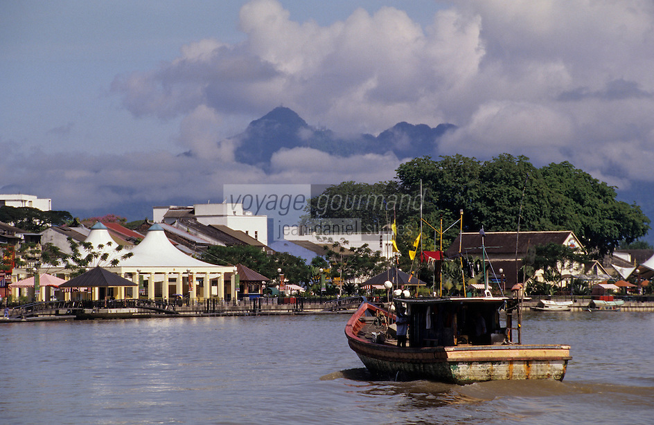 Asie/Malaisie/Bornéo/Sarawak/Kuching: Le front de mer et ses barques pittoresques
