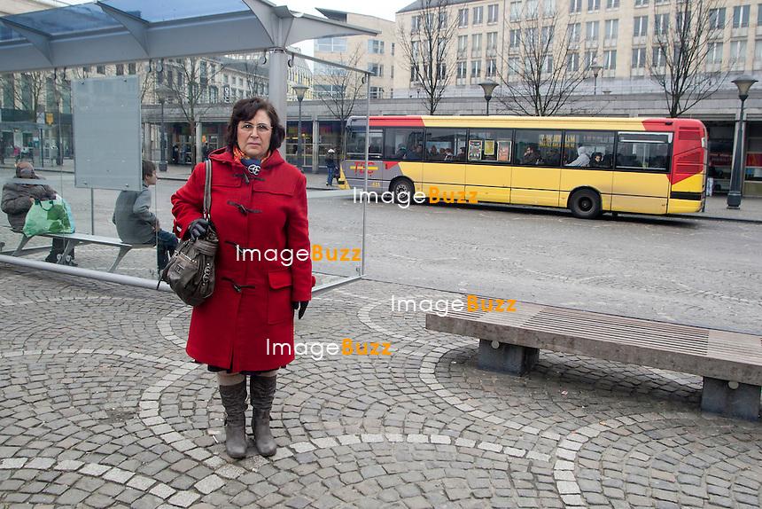 Liège - Antonia Secchi, la miraculée de la tuerie de la place Saint Lambert à Liège le mardi 13 décembre, revient sur les lieux 5 mois après le drame..Avec plus de 50 éclats de grenade dans le corps, dont 10 dans la tête, elle a frôlée la mort..15/02/2012