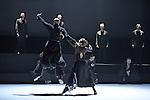 BORROWED LIGHT<br /> <br /> Chorégraphie Tero Saarinen<br /> Musique originale des Shakers<br /> réarrangée par Joel Cohen<br /> Direction musicale Joel Cohen et Anne Azéma<br /> Lumières et scénographie Mikki Kunttu<br /> Costumes Erika Turunen<br /> Son Heikki Iso-Ahola<br /> Avec les danseurs de la Tero Saarinen<br /> Company : Satu Halttunen, Henrikki Heikkila, Annika Hyvärinen, Carl Knif, Sini Lansivuori, Pekka Louhio, Maria Nurmela, Heikki Vienola<br /> Avec les chanteurs de The Boston Camerata :<br /> Anne Azéma (soprano), Carolann Buff (mezzo-soprano), Susan Consoli (soprano), Daniel Hershey (ténor), Joel Nesvadba (baryton), Camila Parias (soprano), Ryan Turner (ténor), Donald Wilkinson<br /> (baryton-basse)<br /> Compagnie : Cie Tero Saarinen<br /> Lieu : Théâtre National de Chaillot<br /> Ville : Paris<br /> Date : Le 12/03/2014<br /> © Laurent Paillier / photosdedanse.com