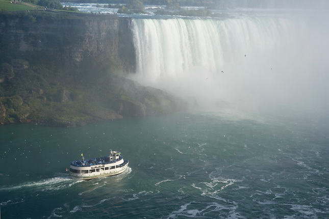 Maid of the Mist boat at Horseshoe Fall