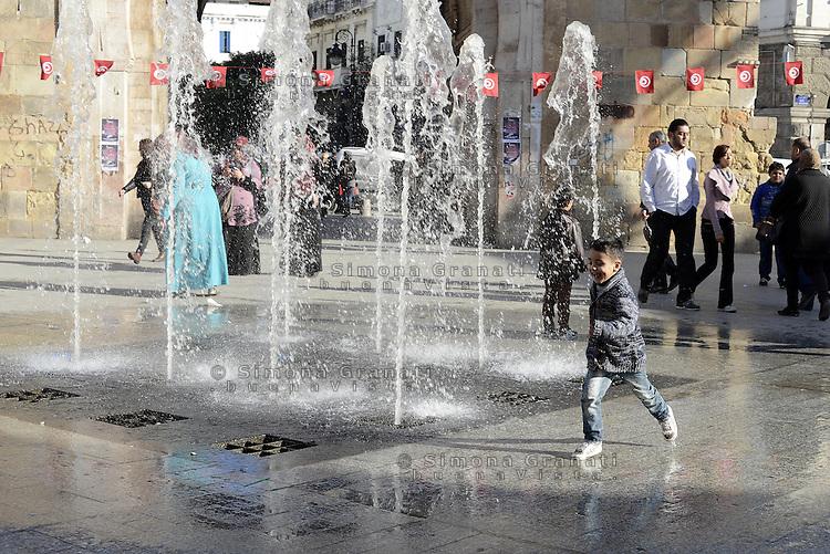 Tunisi, Gennaio 2015<br /> La Tunisia a 4 anni dalla rivoluzione che port&ograve; all'esilio il dittatore Ben Ali. <br /> Bab El Bhar, un bambino gioca con l'acqua della fontana
