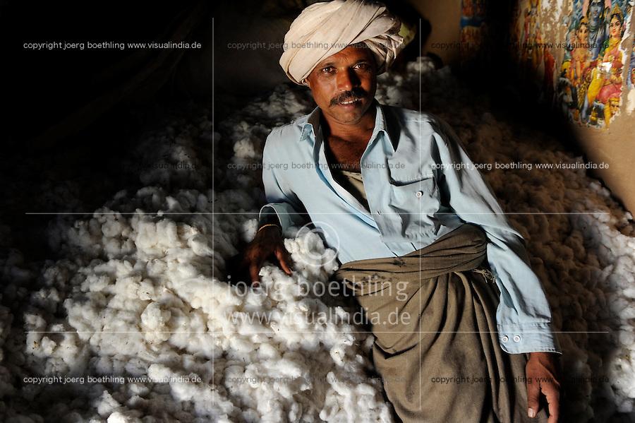 INDIEN Madhya Pradesh Khargone , Kooperative Shiv Krishi Utthan Sanstha vermarktet fairtrade und Biobaumwolle von Adivasi Farmern , wird verarbeitet fuer armed angels, C&A und andere - INDIA Madhya Pradesh Khargone , tribal farmer of cooperative Shiv Krishi Utthan Sanstha produce fairtrade and organic cotton