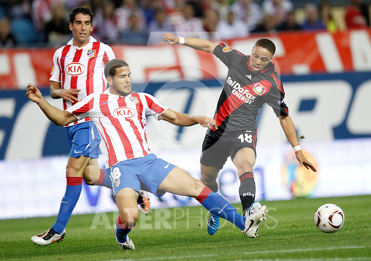 Atletico Madrid's Raul Garcia and Alvaro Dominguez and Bayer Leverkusen's  Sidney Sam during UEFA Europe League, september 30, 2010...Photo: Cesar Cebolla / ALFAQUI