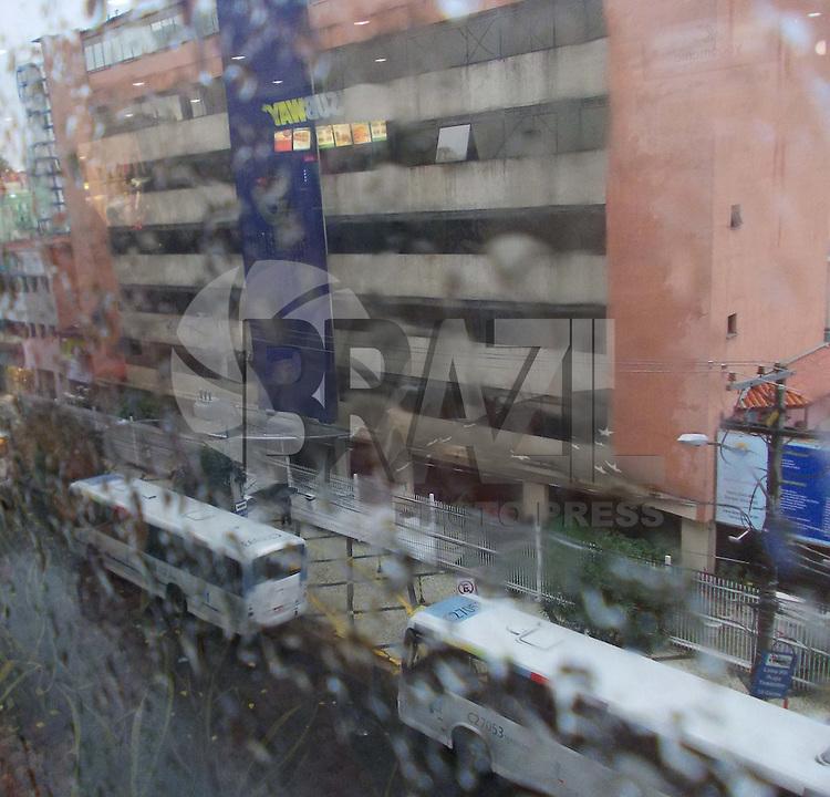 Rio de Janeiro (RJ) 11.06.2012. Chuva/Frio. - Pessoas se protegem da chuva e frio que atingiu o Rio de Janeiro durante a tarde de hoje. na Foto: Bairro de Madureira,Zona Norte do Rio de Janeiro. Foto: Arion Marinho/Brazil Photo Press
