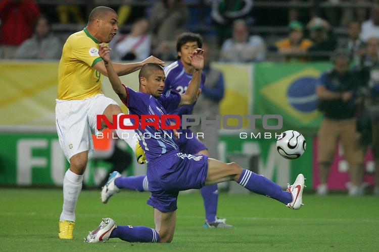 FIFA WM 2006 -  Gruppe F Vorrunde ( Group AF)<br /> Play   #43 (22-Jun) - Japan vs Brasilien 1:4<br /> <br /> Ronaldo (links) von Brasilen beim Torschuss Versuch.<br /> Keji Tamada (rechts) von Japan schaut dem Ball hinterher.<br /> <br /> Foto &copy; nordphoto