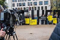 Kundgebung von Amnesty International am Mittwoch den 25. Oktober 2017 vor der Tuerkischen Botschaft in Berlin anlaesslich des Prozessbeginn gegen den Deutschen Peter Steudtner in der Tuerkei.<br /> 25.10.2017, Berlin<br /> Copyright: Christian-Ditsch.de<br /> [Inhaltsveraendernde Manipulation des Fotos nur nach ausdruecklicher Genehmigung des Fotografen. Vereinbarungen ueber Abtretung von Persoenlichkeitsrechten/Model Release der abgebildeten Person/Personen liegen nicht vor. NO MODEL RELEASE! Nur fuer Redaktionelle Zwecke. Don't publish without copyright Christian-Ditsch.de, Veroeffentlichung nur mit Fotografennennung, sowie gegen Honorar, MwSt. und Beleg. Konto: I N G - D i B a, IBAN DE58500105175400192269, BIC INGDDEFFXXX, Kontakt: post@christian-ditsch.de<br /> Bei der Bearbeitung der Dateiinformationen darf die Urheberkennzeichnung in den EXIF- und  IPTC-Daten nicht entfernt werden, diese sind in digitalen Medien nach §95c UrhG rechtlich geschuetzt. Der Urhebervermerk wird gemaess §13 UrhG verlangt.]