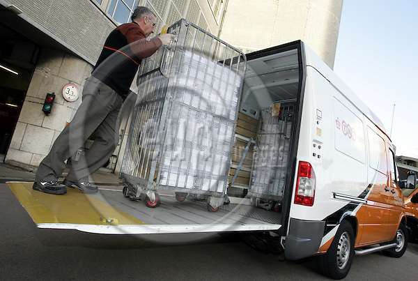 DEN HAAG - NETHERLANDS - 29 NOVEMBER 2006 -- TNT Post vans use the Hiab built-in ZEPRO tail-lift. -- PHOTO:  JUHA ROININEN / EUP-IMAGES