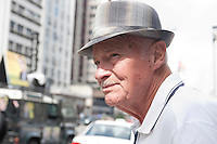 SAO PAULO, SP, 01.10.2014 - Dia Internacional do idoso, instituído em 1991 pela (ONU) Organização das Nações Unidas e tem como objetivo sensibilizar a sociedade para as questões do envelhecimento e cuidar a população mais idosa. Idosos na avenida Paulista, nesta quarta-feira, 01 ( Gabriel Soares/ Brazil Photo Press)