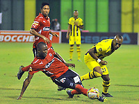 BARRANCABERMEJA -COLOMBIA, 02-11-2015:  Felipe Banguero (Der) jugador de Alianza Petrolera disputa el balón con Andres Mosquera (Izq) de Independiente Medellin durante encuentro  por la fecha 18 de la Liga Aguila II 2015 disputado en el estadio Daniel Villa Zapata de la ciudad de Barrancabermeja./ Felipe Banguero (R) player of Alianza Petrolera fights for the ball with Andres Mosquera (L) player of Independiente Medellin during match for the date 18 of the Aguila League II 2015 played at Daniel Villa Zapata stadium in Barrancabermeja city. Photo:VizzorImage / Jose David Martinez / Cont