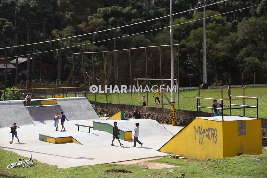Crianças brincando em pista de skate, Monte Verde, Camanducaia. Minas Gerais. 2016. Foto de Thaïs Falcão