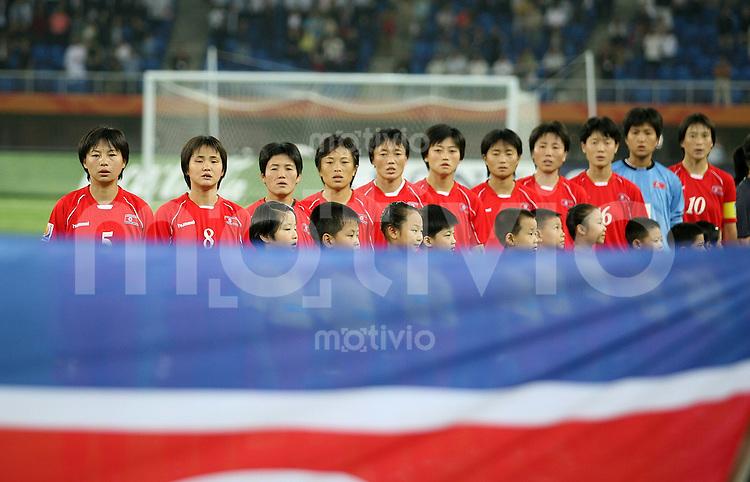 Fussball International Frauen WM China 2007 - Gruppenspiel Korea DPR - Schweden Kroeanische Mannschaft bei der Nationalhyme hinter der Nationalflagge