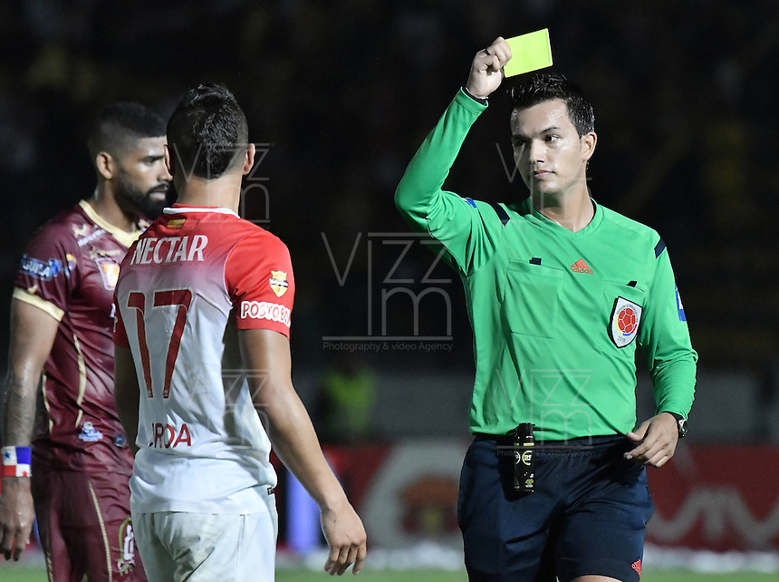 IBAGUÉ -COLOMBIA, 14-12-2016. Nicolas Gallo, árbitro, muestra la tarjeta amarilla a Juan Daniel Roa de Santa Fe durante el encuentro de ida entre Deportes Tolima y Independiente Santa Fe por la final de la Liga Águila II 2016 jugado en el estadio Manuel Murillo Toro de Ibagué. / Nicolas Gallo, referee, shows the yellow card to Juan Daniel Roa of Santa Fe during the first leg match between Deportes Tolima and Independiente Santa Fe for the final of the Aguila League II 2016 played at Manuel Murillo Toro stadium in Ibague city. Photo: VizzorImage/ Gabriel Aponte / Staff