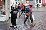 Nederland, Utrecht, 10-07- 2008  Het zomerweer blijft uit. De toeristen en andere bezoekers aan de binnenstad maken er al dan niet voorzien van regenkleding en/of paraplu  het beste van op deze regenachtige middag. FOTO: Gerard Til.