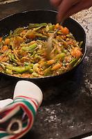 Europe/France/Aquitaine/64/Pyrénées-Atlantiques/Pays Basque/Osses: Préparation de la piperade basquaise - recette de Jean-Michel Noullet du Restaurant Mendi Alde