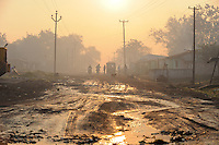 INDIA Jharkhand Jharia, smoking underground coalfield of BCCL Ltd. affect villages around Jharia / INDIEN Jharia Siedlungen muessen brennenden Kohlefloezen und dem Kohle Abbau der BCCL Ltd weichen