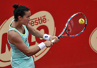 BOGOTA - COLOMBIA - 16-04-2016: Lara Arruabarrena de España, devuelve la bola a Irina Falconi de Estados Unidos,   durante partido por el Claro Colsanitas WTA, que se realiza en el Club El Rancho de Bogota. / Lara Arruabarrena of Spain, returns the ball to Irina Falconi of United States, during a match for the WTA Claro Colsanitas, which takes place at Club El Rancho de Bogota. Photo: VizzorImage / Luis Ramirez / Staff.